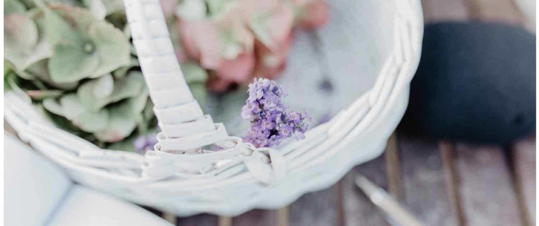 Hochzeitsdetails der freien Trauung von Franziska und Alexander. Immer mehr Paare wünschen sich die etwas andere, ganz individuelle Hochzeit als Alternative zur kirchlichen Trauung. Außergewöhnlich, kreativ und individuell wie das Paar selbst.